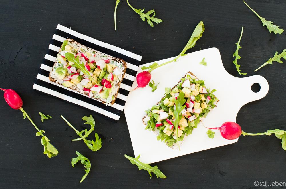 ii_perfekt-fuers-spaetsommer-picknick-vollkornbrot-mit-avocado-radieschen-und-rucola-frischkaese
