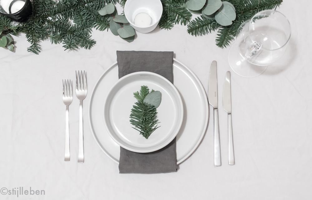 deko inspiration eukalyptus tannen dekoration f r die weihnachtstafel. Black Bedroom Furniture Sets. Home Design Ideas