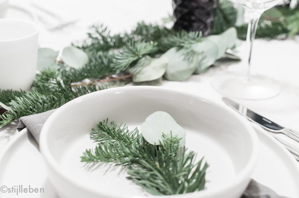 Deko Inspiration: Eukalyptus-Tannen Dekoration für die Weihnachtstafel